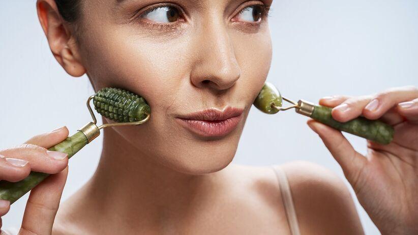 Walczysz z opuchlizną twarzy? Zobacz, jak działa wałek jadeitowy