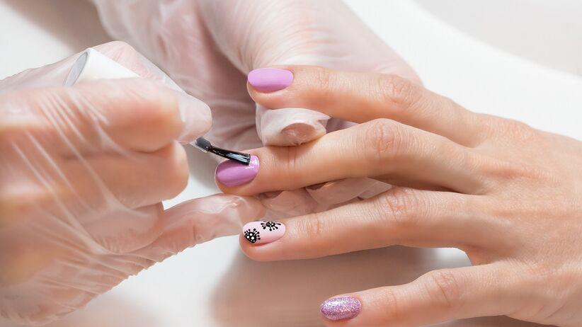 """Chcesz się umówić """"na paznokcie""""? O tym musisz pamiętać"""