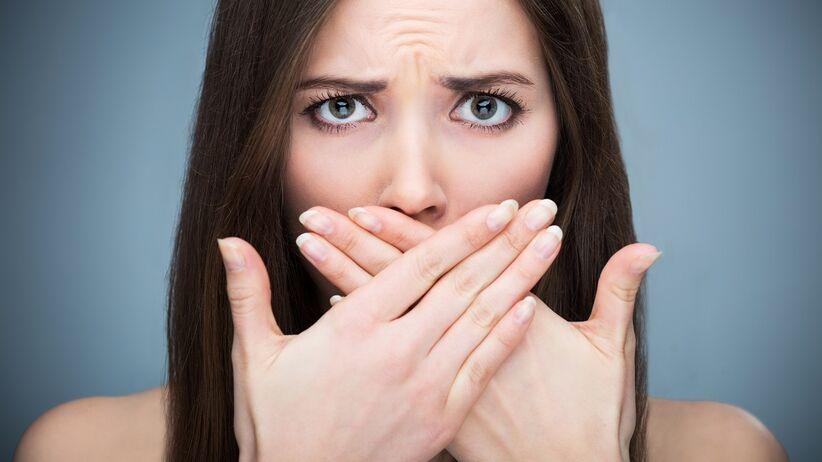 Dlaczego śmierdzi nam z ust? 10 powodów