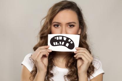 Krzywe zęby to problem dzieci i dorosłych. Nie wszystkie wady zgryzu pojawiają się w dzieciństwie, ale o zęby lepiej zadbać wcześniej
