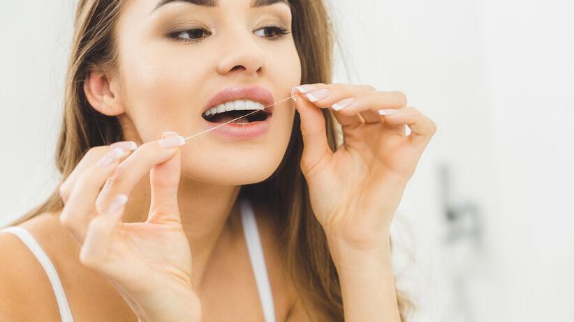 Nitkowanie zębów może szkodzić zdrowiu