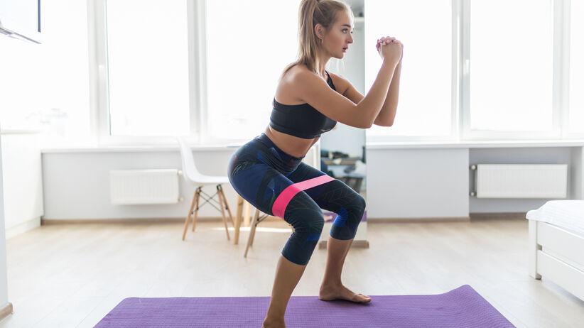 Ćwiczenia w domu z wykorzystaniem gumy treningowej. Pobudzą ciało w 5 minut