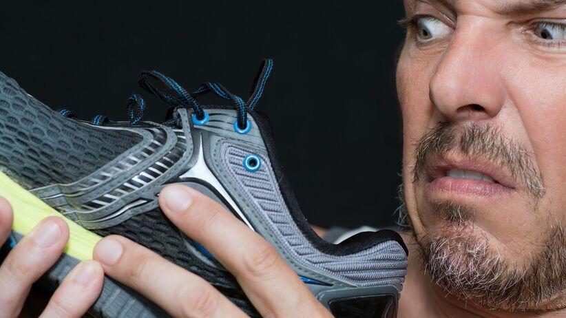 Nieprzyjemny zapach z butów do biegania - jak usunąć