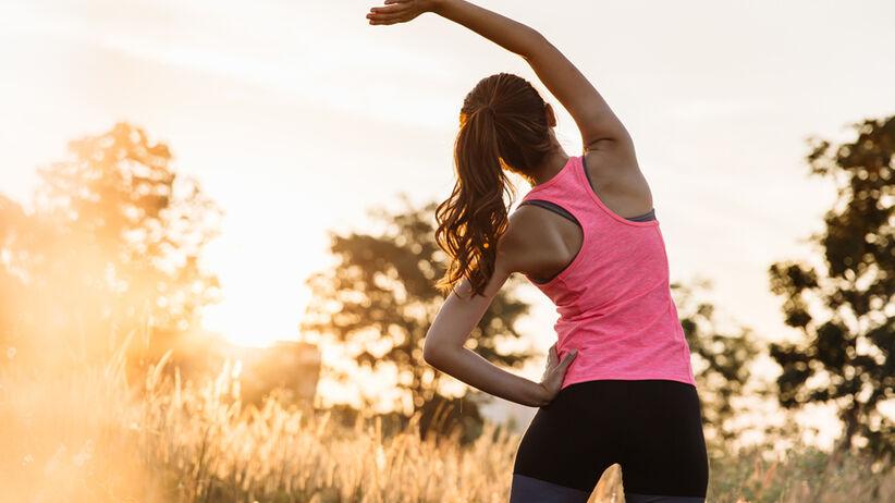 Kobieta rozgrzewa się przed bieganiem