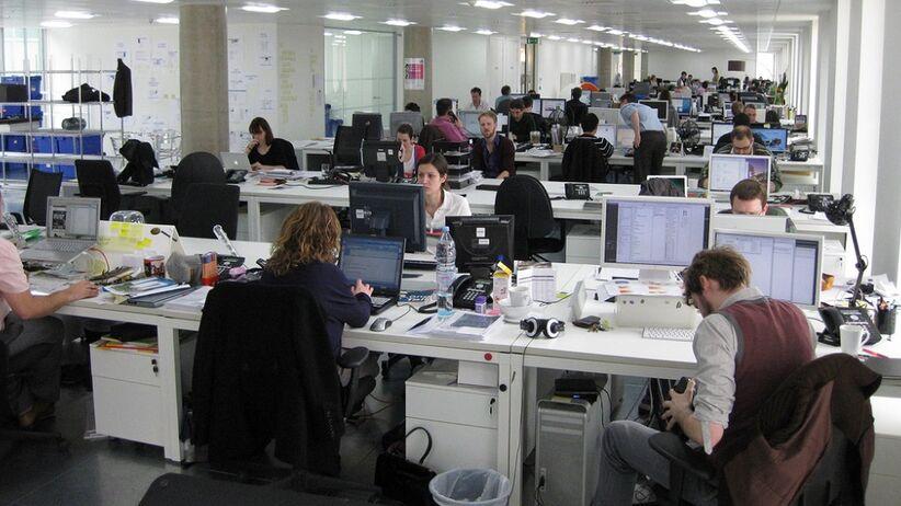 Siedzący tryb pracy – jak sobie pomóc? [PORADNIK]