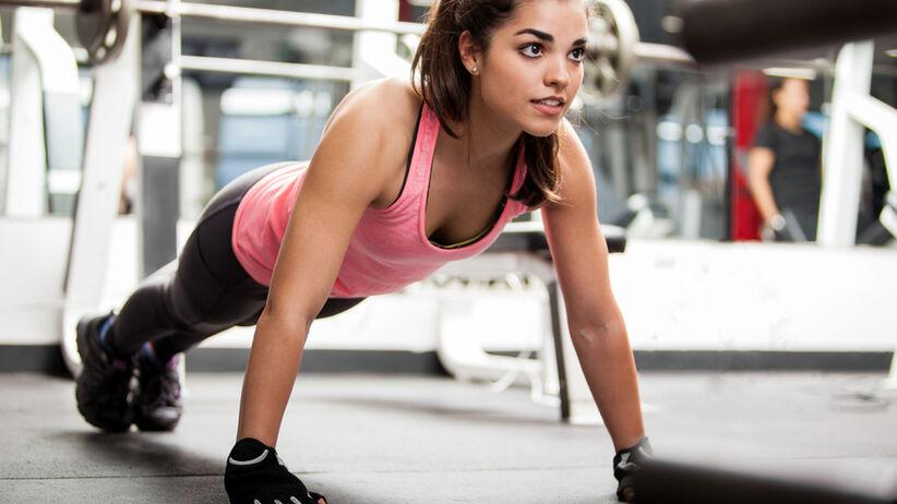 Dziewczyna na siłowni ćwiczy interwały