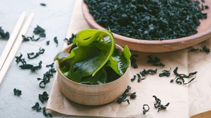 Związek z alg lekiem na koronawirusa