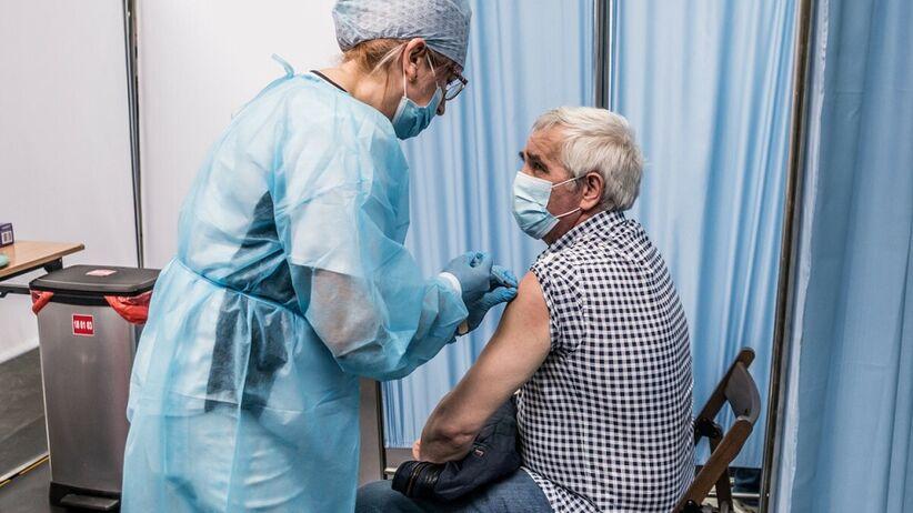 Trzecia dawka dla seniorów - czy się szczepić?