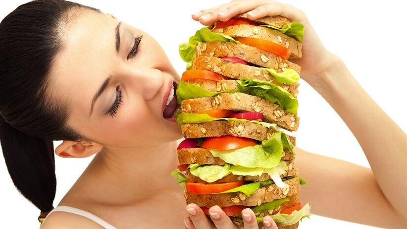 Dlaczego wieczorne objadanie się jest niebezpieczne? [VIDEO]