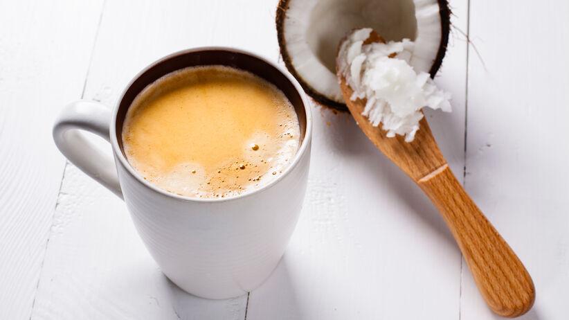 Picie kawy z olejem kokosowym: czy jest zdrowe?
