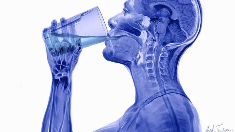 Czym się można zatruć pijąc wodę mineralną z plastikowej butelki?