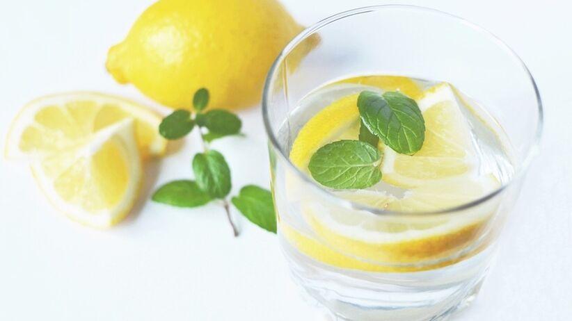 Zacznij dzień od gorącej wody z cytryną!