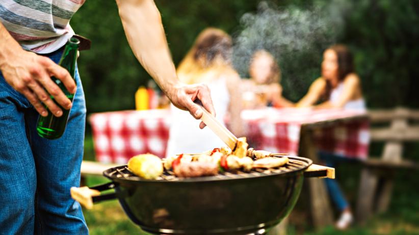 Grill, mięso, alkohol, marynata z ciemnego piwa ogranicza poziom rakotwórczych substancji w mięsie z grilla