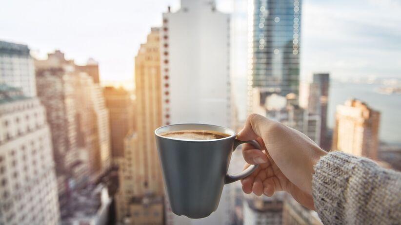 Czy zdrowo jest pić kawę zaraz po przebudzeniu?