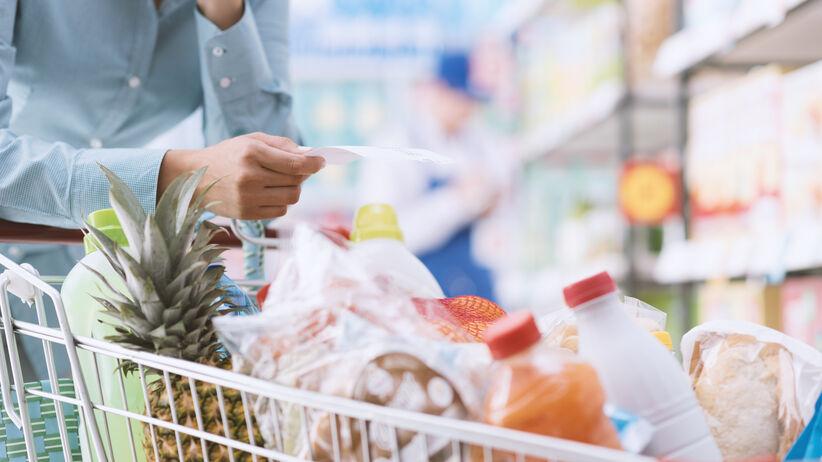 Koronawirus a pakowanie produktów w sklepie. Jak chronić żywność?