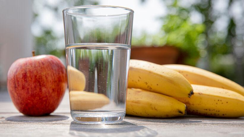 Popijanie owoców wodą szkodzi na żołądek