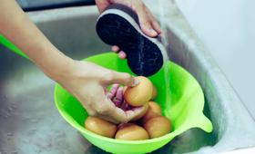 Skorupki jajek trzeba myć przed przygotowaniem posiłku