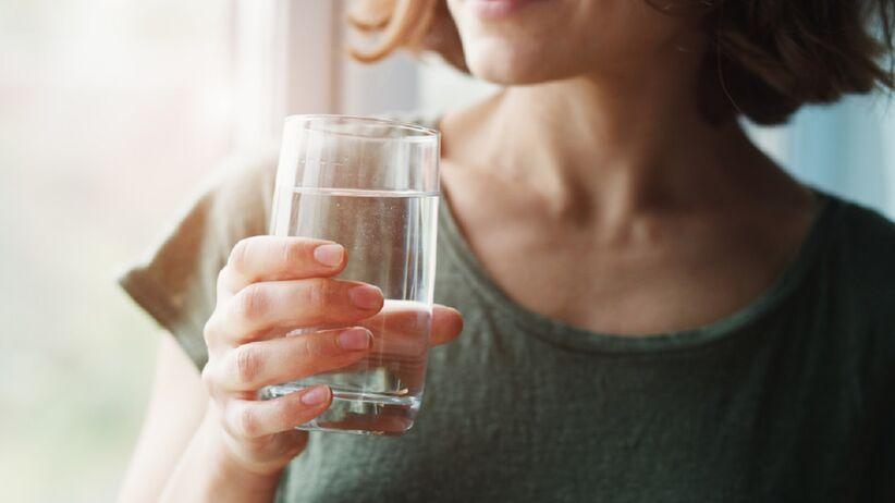 Woda w upalne dni. Ile powinniśmy pić litrów, żeby się nie odwodnić?