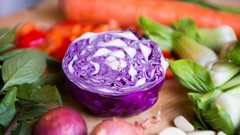 Owoce i warzywa, których nie wolno jeść zimą. Po co lepiej sięgnąć?