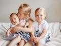 Niemowlęta często zarażają się od starszego rodzeństwa. Co zrobić, by temu zapobiec?