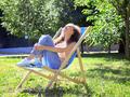 Uczulenie na słońce może powodować u niektórych alergików pokrzywkę, przebarwienia lub pęcherze na skórze