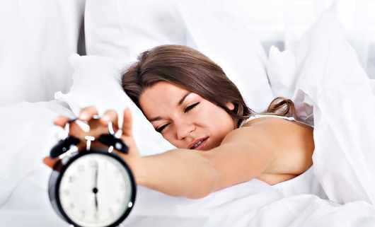 Zmiana czasu, zegar biologiczny, budzik, poranek, wstawanie, kobieta, łóżko