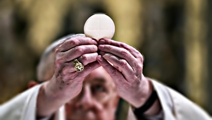 Kościół włącza się do walki z żółtaczką. Wierni dostaną hostię do ręki