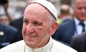 Wypadek papieża Franciszka w Kolumbii. Krew i rany na twarzy