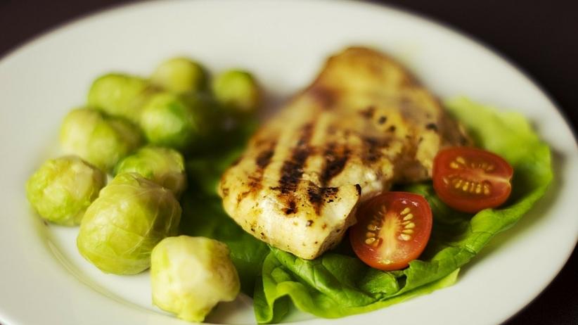 Czy warto jeść kurczaka? Prawda o antybiotykach i hormonach wzrostu