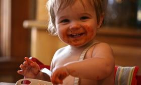 Czym NIE WOLNO karmić małych dzieci?