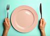 Głód, pusty talerz, sztućce, jedzenie, uśmierzanie bólu