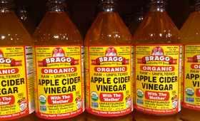 Usunie brzydki zapach, wyleczy łupież - co potrafi ocet jabłkowy?