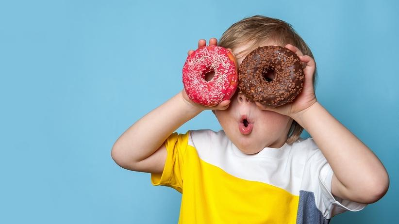 Dziecko ze słodyczami