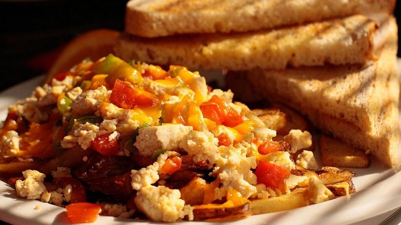 """Pomysł na wegańskie śniadanie. """"Jajecznica"""" z tofu [PRZEPIS]"""