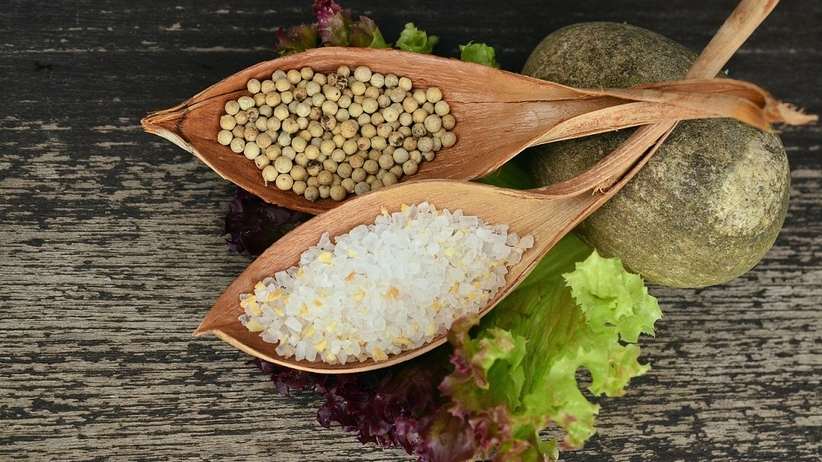 Czym zastąpić sól? Zdrowe zamienniki