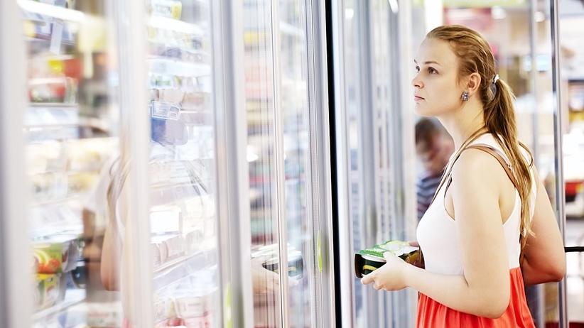 Regał chłodniczy w sklepie, zepsuta żywność
