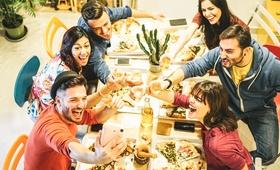 Życie towarzyskie sprzyja otyłości? Zobacz wyniki badań