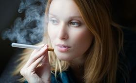 E-papierosy będą dostępne tylko na receptę? Pomogą walczyć z nałogiem