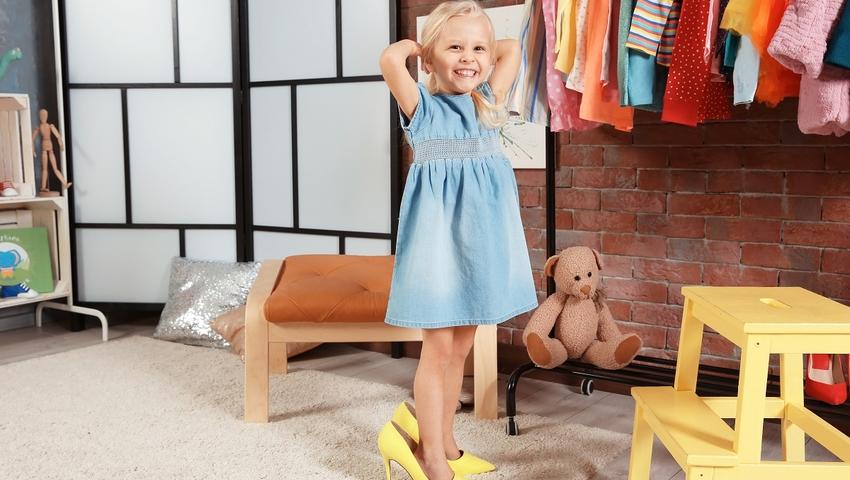 Dziecko przymierza buty