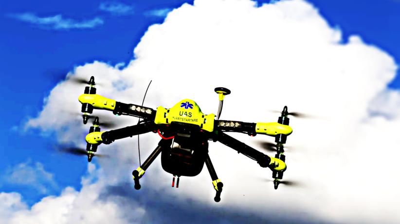 Dron z defibrylatorem serca skuteczniejszy niż pogotowie? Naukowcy to sprawdzili