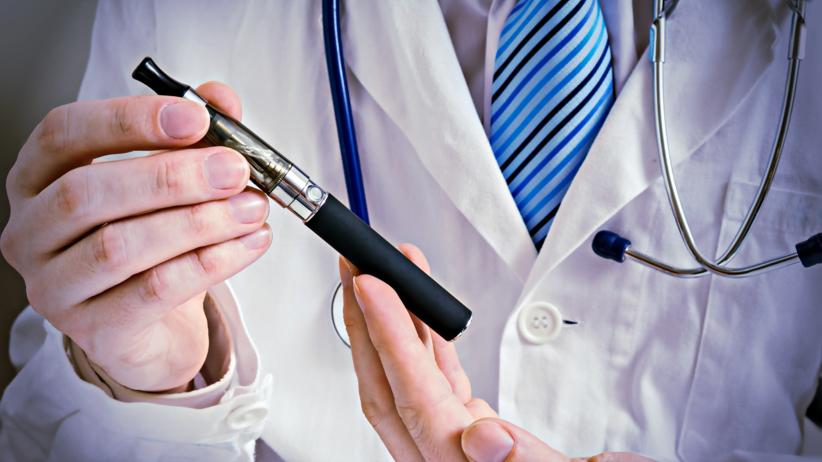 Palacze w szpitalach będą mogli palić e-papierosy? Nowy pomysł na walkę z nałogiem