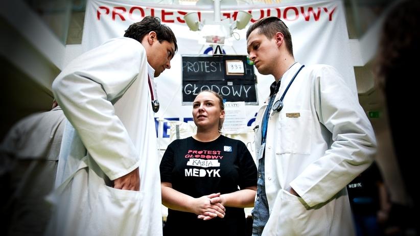 Ile powinni zarabiać rezydenci w Polsce? Protestujący lekarze wyjaśniają