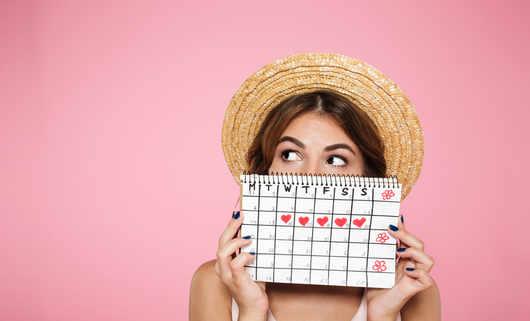 Jak opóźnić lub przyspieszyć okres? Sposoby na przesunięcie miesiączki