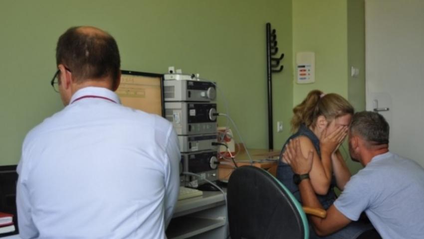 Daria podczas sprawdzania działania implantu