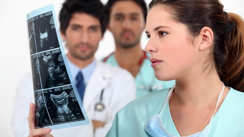 24-latka sfałszowała dokumentację medyczną. Lekarze poważnie ją okaleczyli