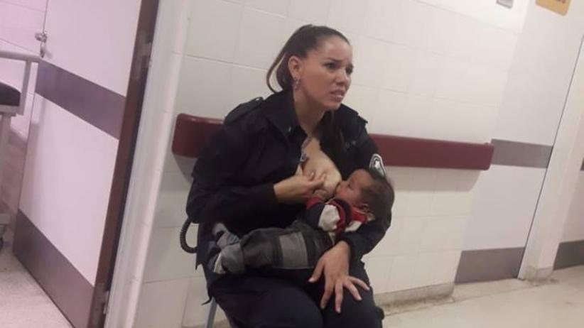 Argentyńska policjantka Celeste Ayala karmi piersią bezdomne niemowlę