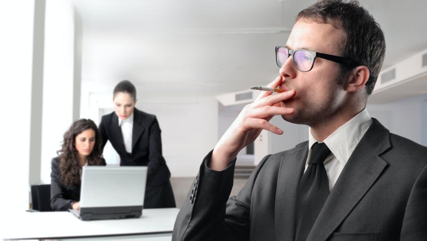 """22 dni w roku: tyle """"na papierosie"""" spędza w pracy statystyczny palacz"""
