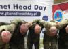 """Żołnierze NATO w geście solidarności z dziećmi po chemioterapii zgolili głowy na """"łyso"""""""