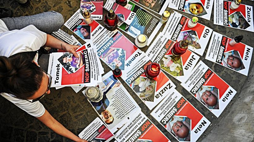 Znicze pod Ministerstwem Zdrowia. Protest przeciwników szczepień