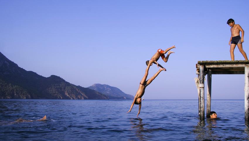 Skok na główkę na nieoznakowanym i niesprawdzonym kąpielisku może się skończyć złamaniem kręgosłupa